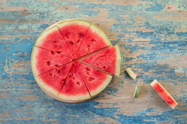 Fatias de melancia na mesa de madeira