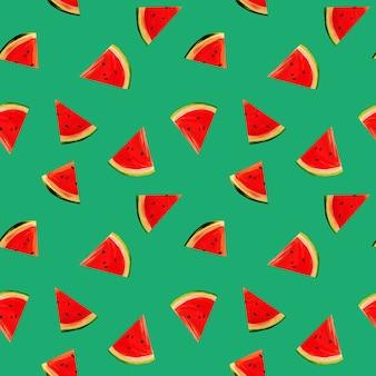 Fatias de melancia sobre um fundo verde