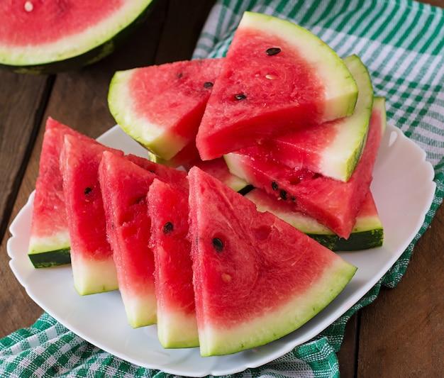 Fatias de melancia suculenta e saborosa em um prato branco