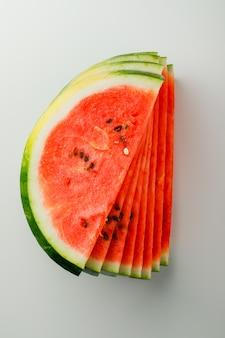 Fatias de melancia suculenta em um fundo branco.
