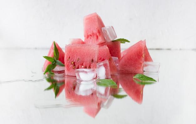 Fatias de melancia vermelha com ossos de gelo e hortelã. o vegetarianismo, dieta de alimentos crus.