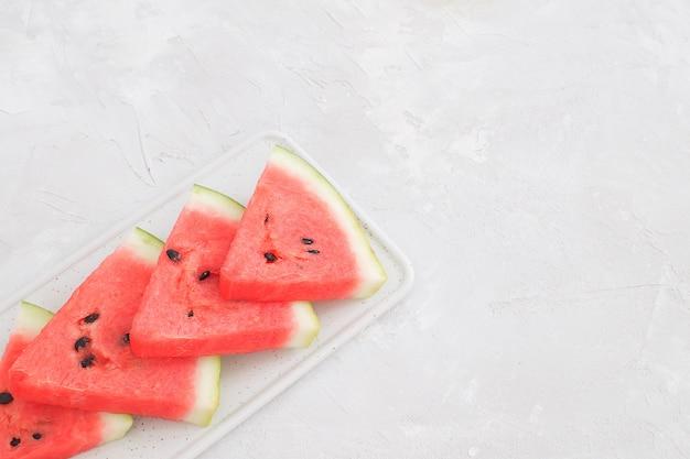 Fatias de melancia vermelha fresca isolado fundo branco