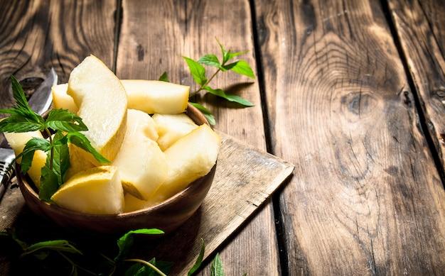 Fatias de melão doce com ramos de hortelã