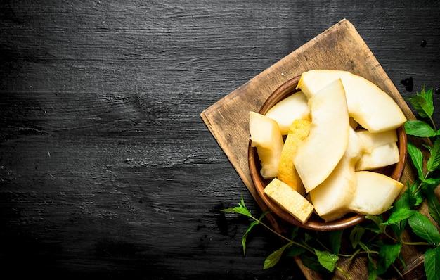 Fatias de melão maduro com hortelã fresca