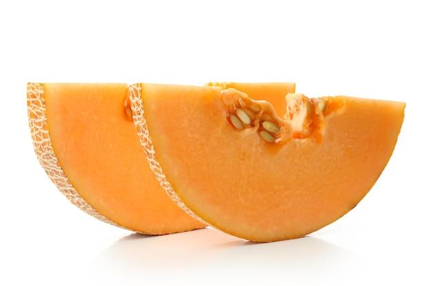 Fatias de melão maduro isoladas no fundo branco