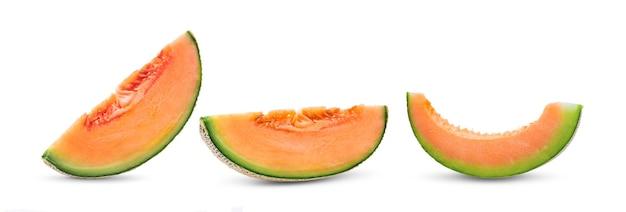 Fatias de melão melão isoladas no fundo branco