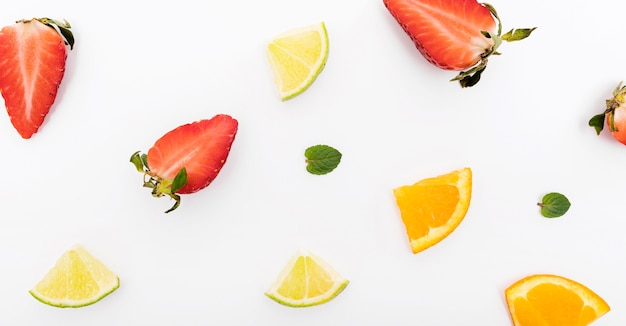 Fatias de morango e laranja