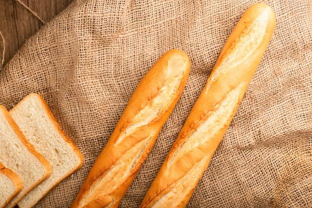 Fatias de pão branco com baguete francesa
