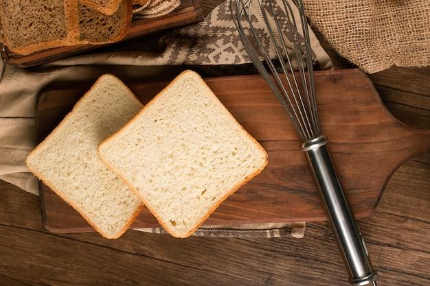 Fatias de pão branco na placa da cozinha