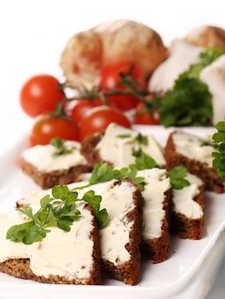 Fatias de pão com cream cheese
