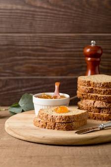 Fatias de pão com geléia caseira orgânica