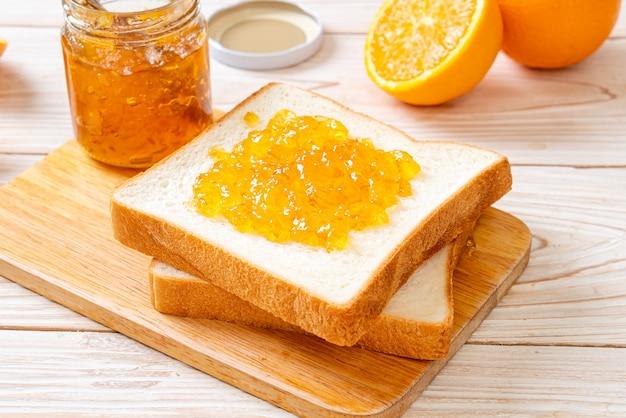 Fatias de pão com geléia de laranja