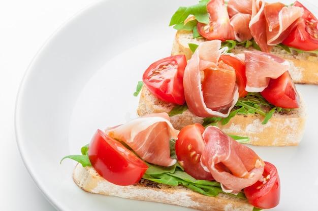 Fatias de pão com presunto serrano espanhol servidas como tapas