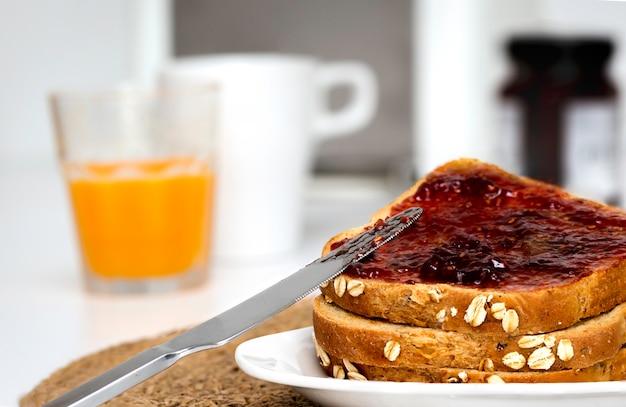 Fatias de pão com torradas de pão com geléia de morango caseira no café da manhã