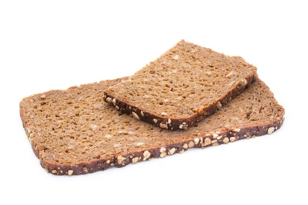 Fatias de pão de centeio isoladas no fundo branco.