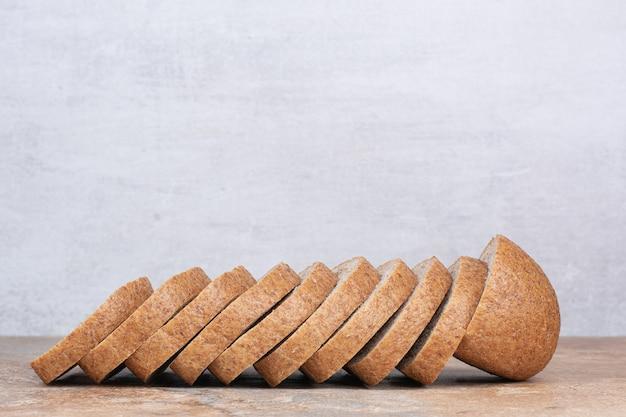 Fatias de pão de centeio na mesa de mármore