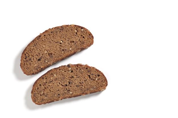 Fatias de pão de centeio preto em um fundo branco, vista superior