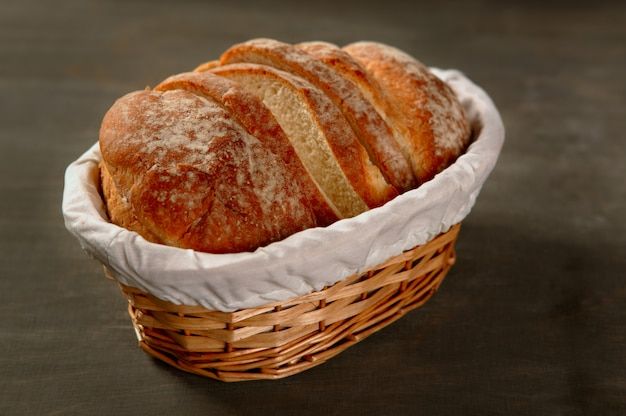 Fatias de pão de cereais sobre madeira escura