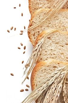 Fatias de pão e espigas de milho isolado no fundo branco