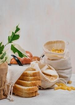 Fatias de pão e ingredientes alimentares da despensa