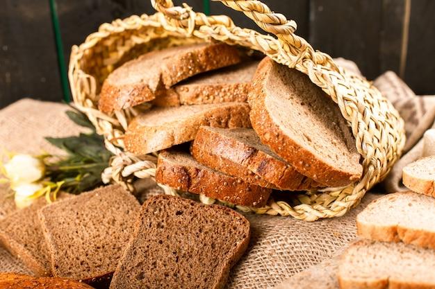 Fatias de pão escuro e branco em caixa com deliciosos bagels turcos