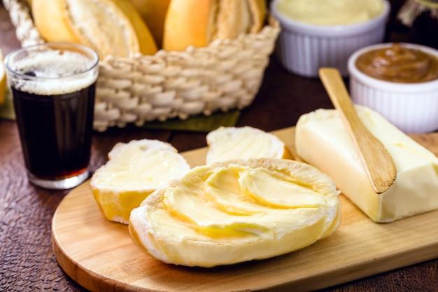 Fatias de pão francês, pão brasileiro servido quente, com muita manteiga. chamado de pão careca, baguete ou baguete brasileira