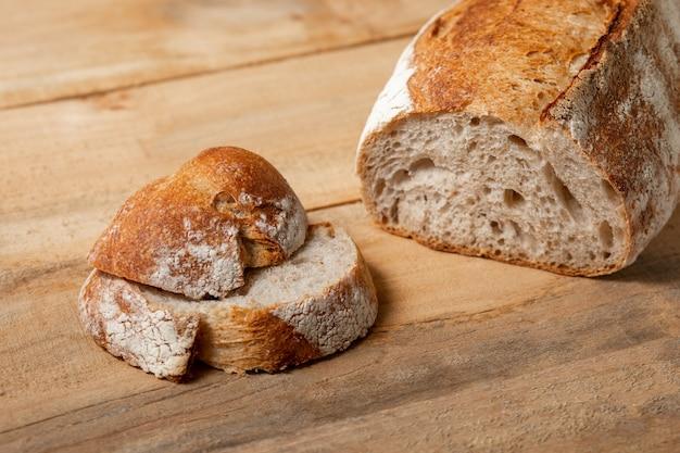 Fatias de pão fresco em uma mesa de madeira. vista de cima