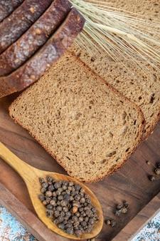 Fatias de pão fresco na placa de madeira.