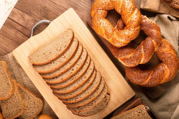 Fatias de pão marrom e branco com bagels saborosos