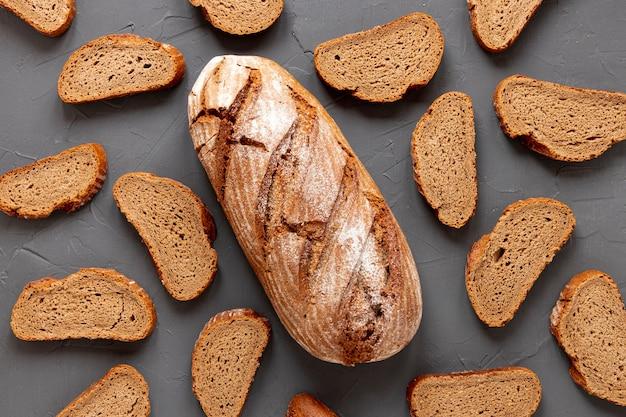 Fatias de pão na mesa cinza
