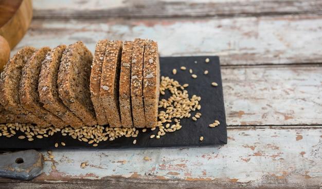 Fatias de pão na mesa de madeira