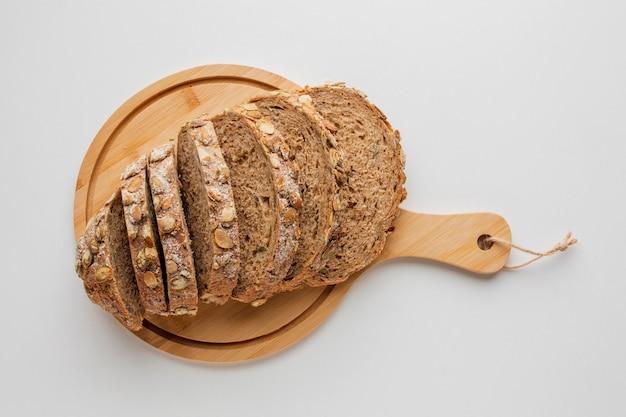 Fatias de pão na placa de madeira