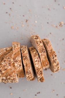 Fatias de pão na vista superior de fundo branco