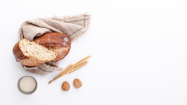 Fatias de pão no pano de estopa com espaço de cópia