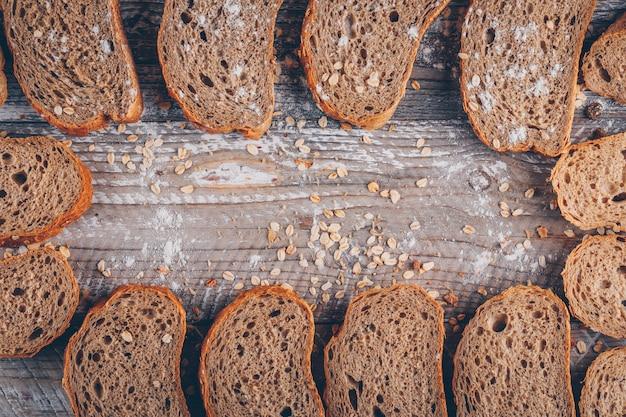 Fatias de pão numa superfície de madeira