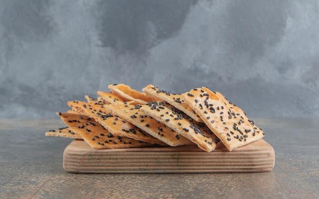 Fatias de pão tandoori com gergelim a bordo