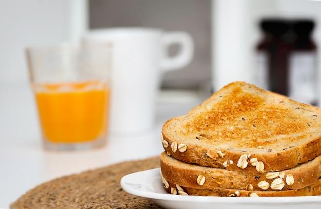 Fatias de pão torradas no café da manhã com fundo desfocado