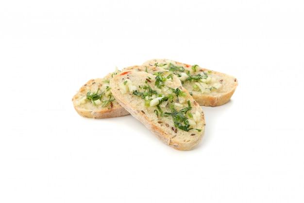 Fatias de pão torrado com alho isolado no branco