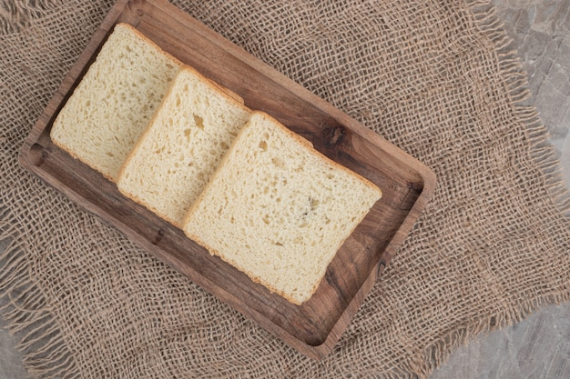 Fatias de pão torrado na placa de madeira. foto de alta qualidade
