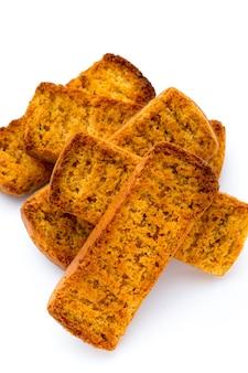 Fatias de pão torrado na superfície branca.