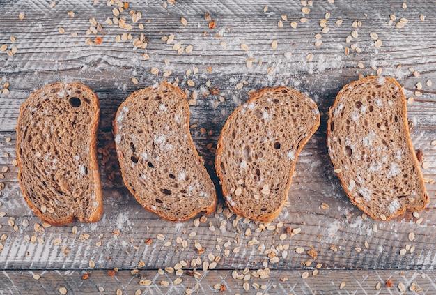 Fatias de pão vista superior em uma superfície de madeira