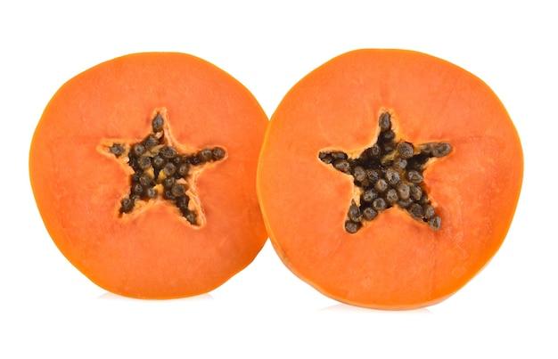 Fatias de papaia doce em fundo branco