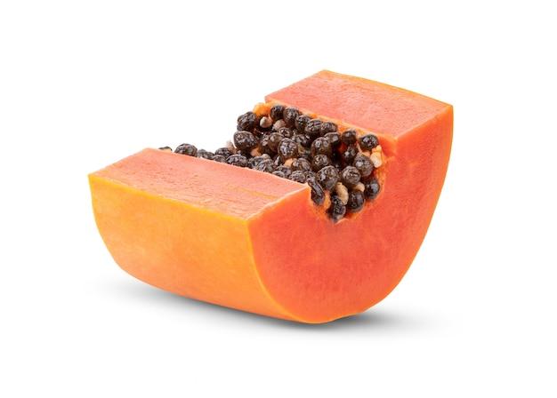 Fatias de papaia doce isoladas em branco
