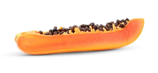 Fatias de papaia doce isoladas no fundo branco
