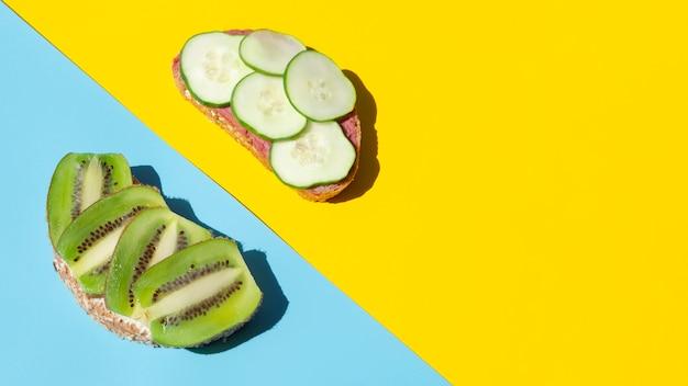 Fatias de pepino e kiwi no pão orgânico