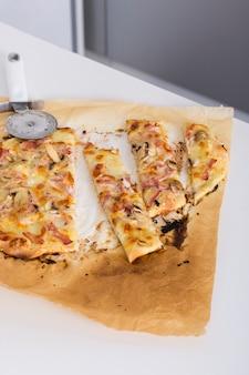 Fatias de pizza caseira em papel pergaminho