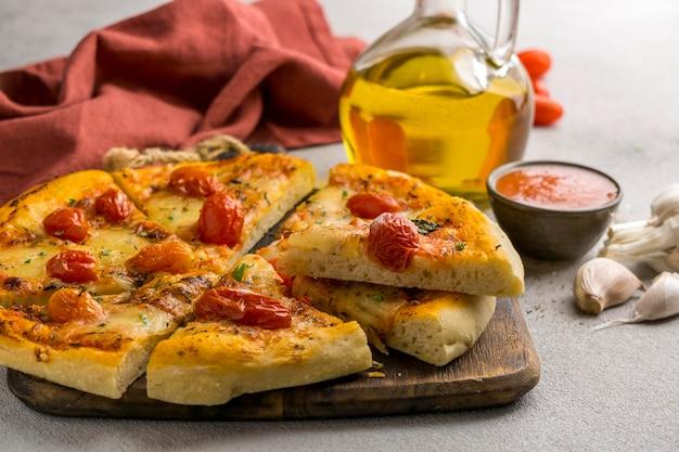 Fatias de pizza com tomate e azeite