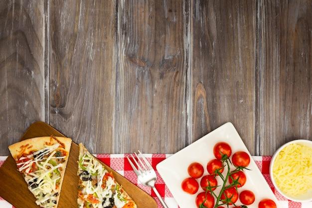 Fatias de pizza com tomate
