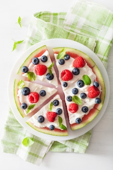 Fatias de pizza de melancia com iogurte e frutas, sobremesa de verão