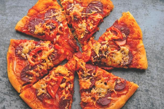 Fatias de pizza de salame caseiro.